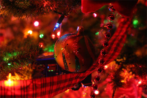 Wallpaper-christmas-tree-ornaments in Beautiful Christmas and Winter Wallpapers For Your Desktop