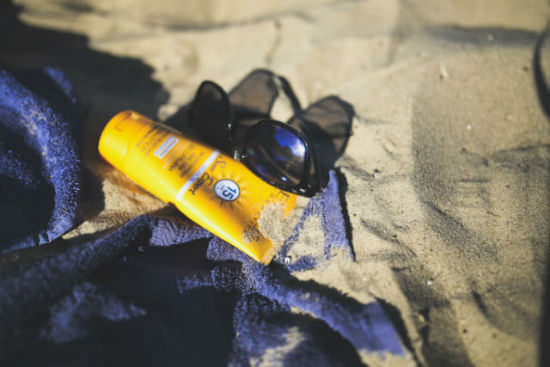 kaboompics_Sunblock_balm_on_the_beach