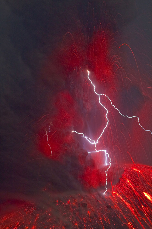 eruption-lightning-at-krakatau